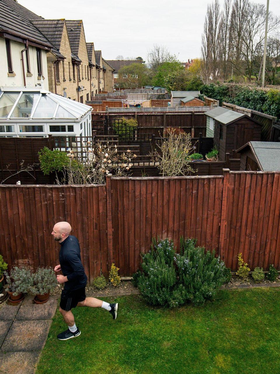 British Man Runs Marathon In Backyard During Lockdown Kokh