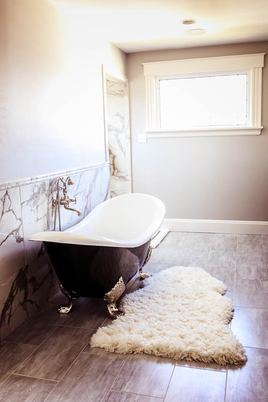 Master bathroom with a claw-foot tub from Bona Hardware / Image: Amy Elisabeth Spasoff // Published: 3.13.18