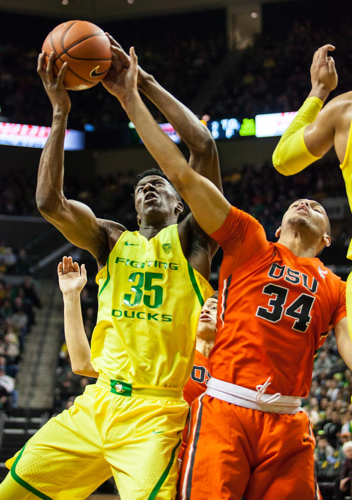 Oregon forward Kavell Bigby-Williams (#35) and Oregon State forward Ben Koné (#34) battle for control of a rebound off the Oregon Basket. The Oregon Ducks defeated the Oregon State Beavers 85 to 43. Photo by Ben Lonergan, Oregon News Lab