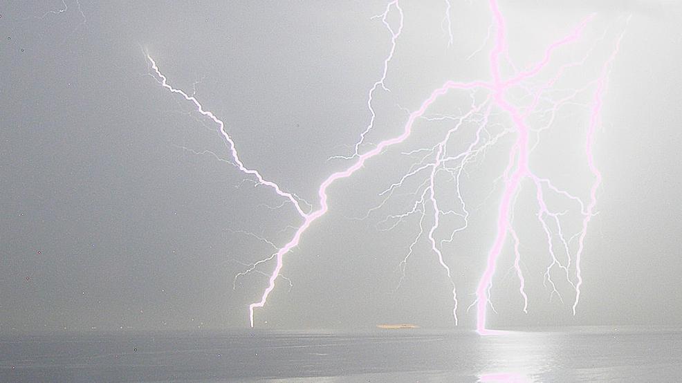 UW scientists track newly-discovered lightning 'superbolts' - KOMO News