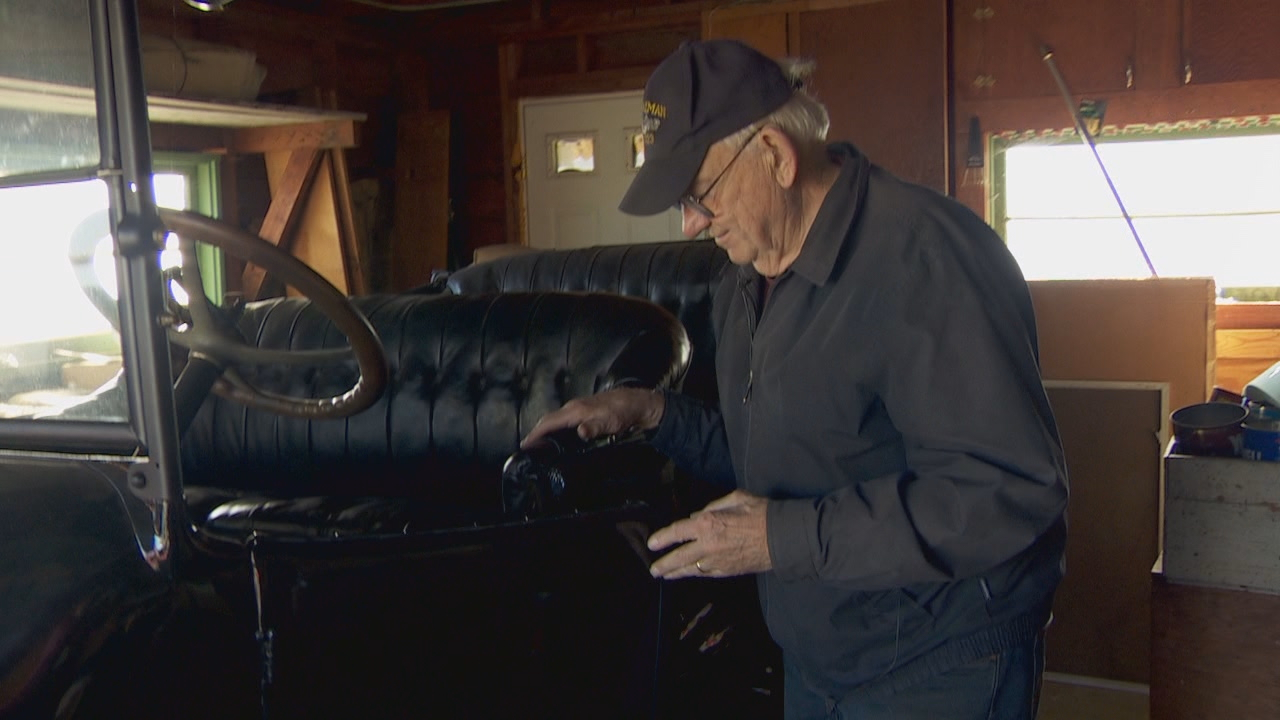 Bob Walters points out some of the quirks of the 1915 REO. (KATU)<p></p>