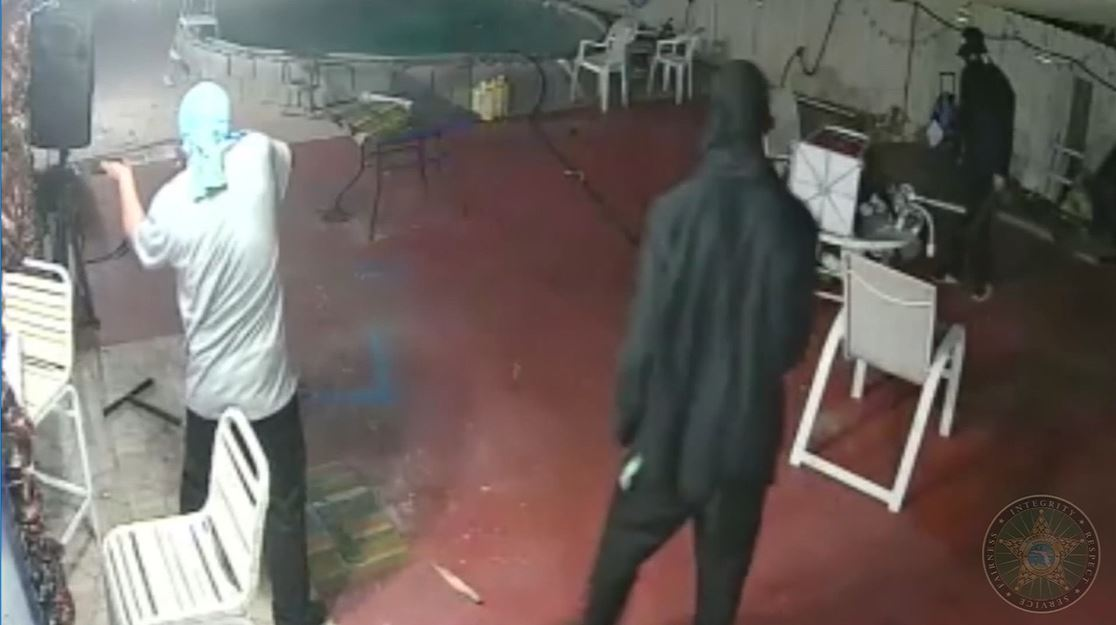 Video: Man fights off armed robbers with machete (Video: CNN Newsource/Via Sarasota Co. Sheriff's Office)