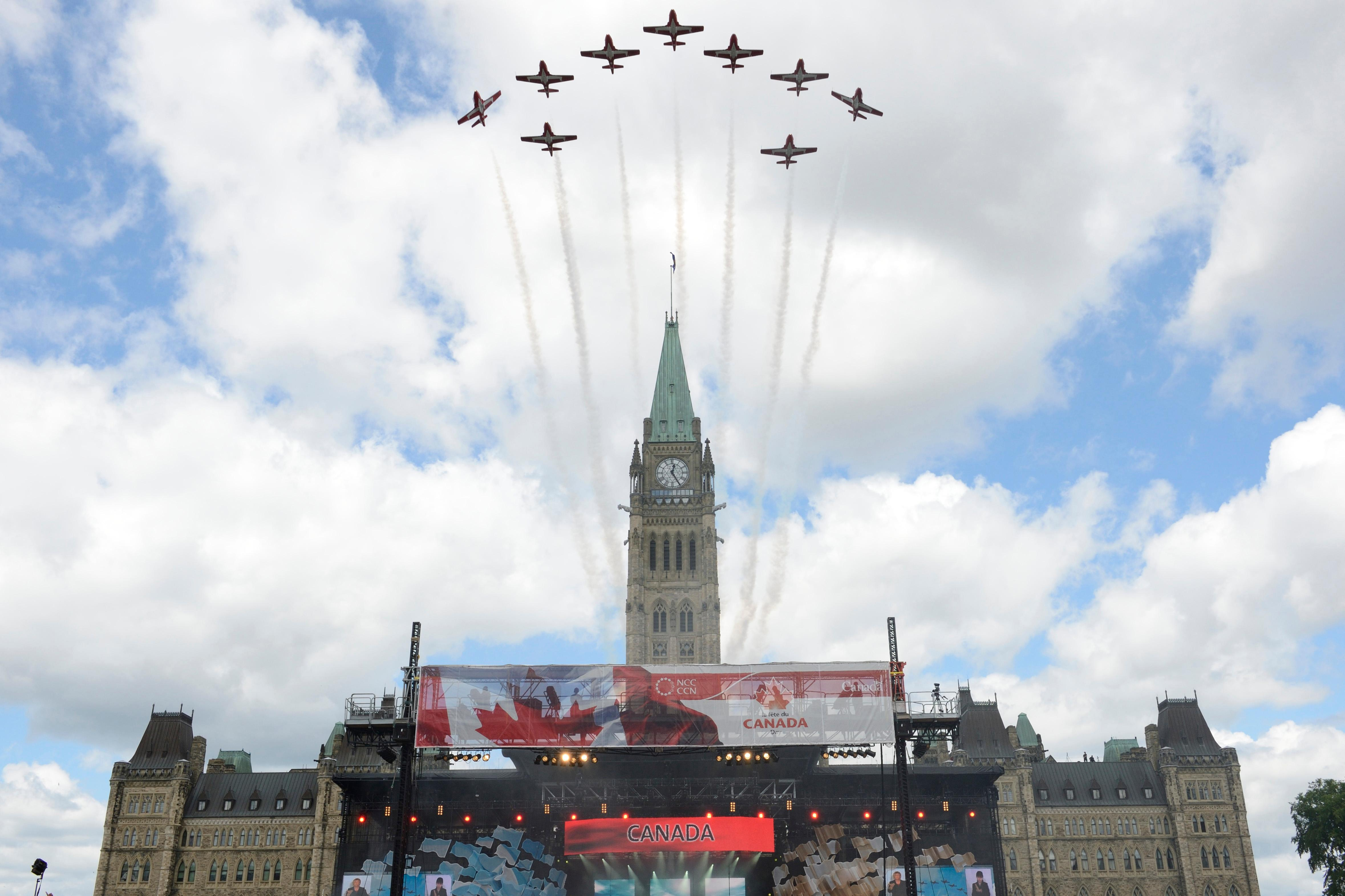 English/AnglaisSU2012-0529-0231 July 2012Ottawa, OntarioThe Canadian Forces Snowbirds Demonstration Team conducts a fly-past above Parliament Hill as part of Canada Day celebrations in Ottawa.Image by Master Corporal Pierre Thriault, CFSU(O) Imaging Services 2012 DND-MDN CanadaFrench/FranaisSU2012-0529-0231er juillet 2012Ottawa (Ontario)Les Snowbirds, lquipe de dmonstration des Forces canadiennes, excutent un dfil arien au-dessus de la Colline du Parlement,  Ottawa,  loccasion de la fte du Canada.Photo : Caporal-chef Pierre Thriault, Services dimagerie de lUSFC(O),  2012 DND-MDN Canada
