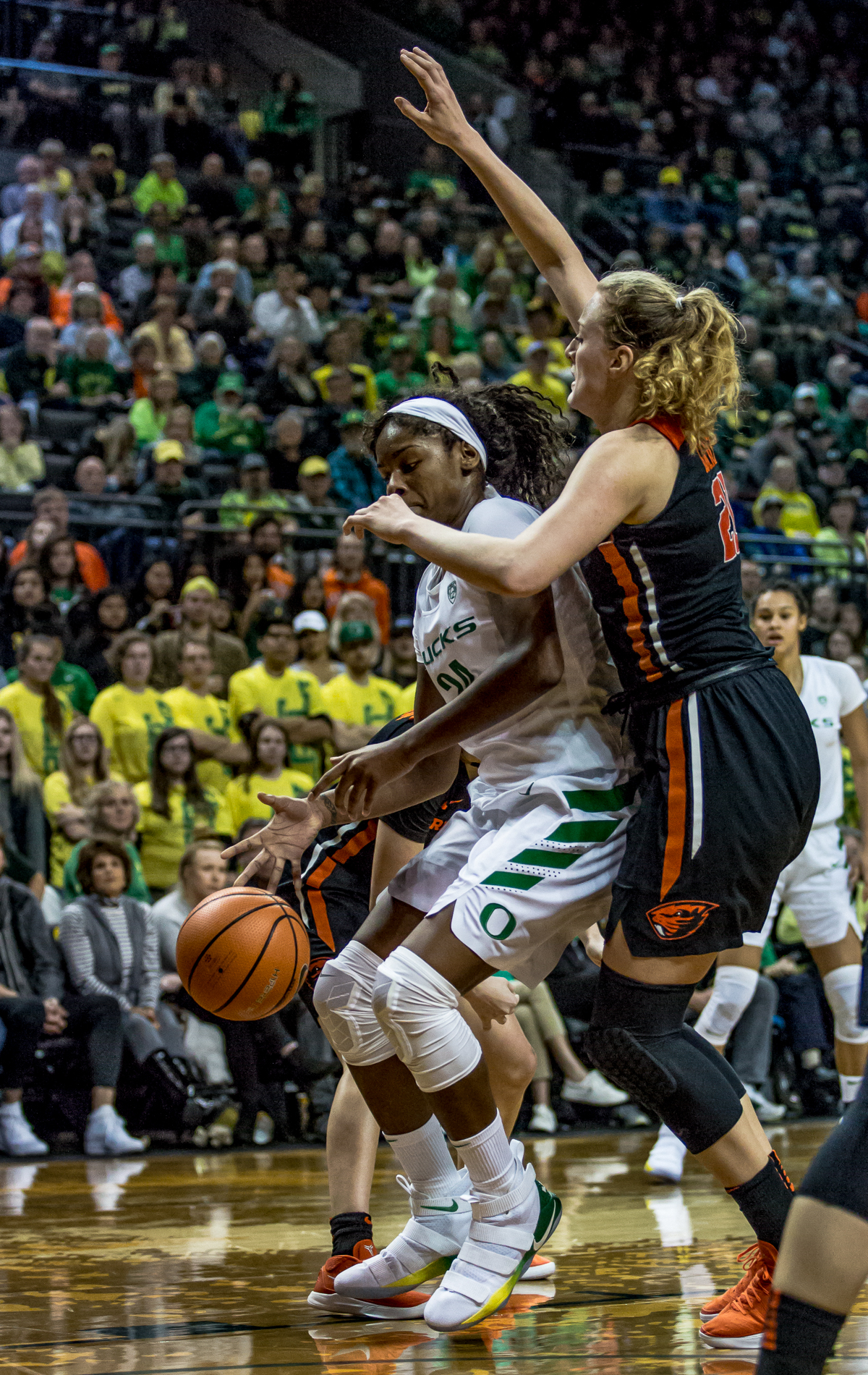 Oregon forward Ruthy Hebard (#24) tries to create space from Oregon State center Marie Gülich (#21). The Oregon Ducks defeated the Oregon State Beavers 75-63 on Sunday afternoon in front of a crowd of 7,249 at Matthew Knight Arena. The Ducks and Beavers split the two game Civil War with the Beavers defeating the Ducks on Friday night in Corvallis. The Ducks had four players in double digits: Satou Sabally with 21 points, Maite Cazorla with 16, Sabrina Ionescu with 15, and Mallory McGwire with 14. The Ducks shot 48.4% from the floor compared to the Beavers 37.3%. The Ducks are now 7-1 in conference play. Photo by Ben Lonergan, Oregon News Lab